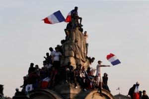 Hinchas franceses le dan la bienvenida a los héroes que ganaron la Copa del Mundo