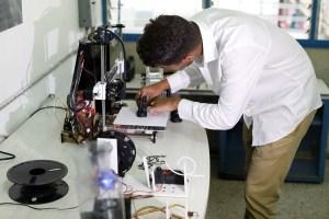 Venezolanos innovan en medio de la crisis: Transforman basura en material para impresiones 3D (FOTOS)