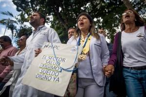 FOTOS: Al cumplir 36 días de protesta, trabajadores de la salud llegan a la OPS