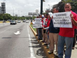 Trabajadores de Abastos Bicentenario protestan por cierre en Plaza Venezuela (Video)