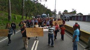 Trabajadores del IVIC trancan la Panamericana para exigir mejoras salariales (FOTOS)