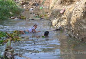 En sectores populares de Lara se bañan en charcos ante escasez de agua (FOTOS)