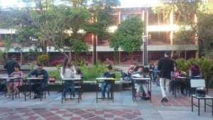 Estudiantes de la ULA-Mérida presentan examen en el patio por falta de electricidad (FOTO)