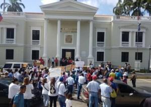 Gremios de la salud, educación y eléctrico protestan frente a la gobernación de Yaracuy #30Jul (fotos)