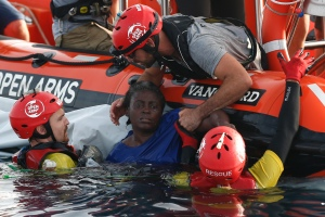 Rescatan a náufraga que sobrevivió aferrada a dos muertos en el Mediterráneo (Fotos)