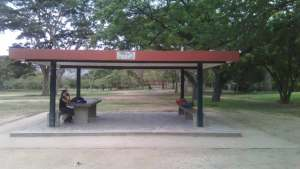 Siguen violando las normas: Pintan de rojo los kioskos del Parque del Este (fotos)