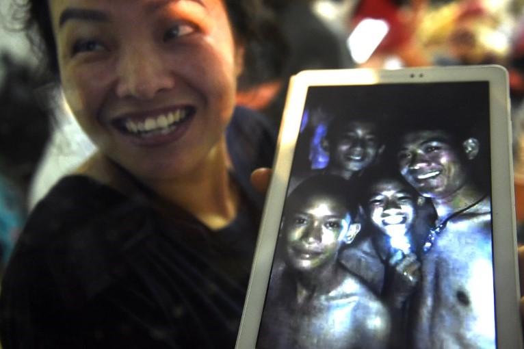 Difunden un video de los niños atrapados en una cueva de Tailandia