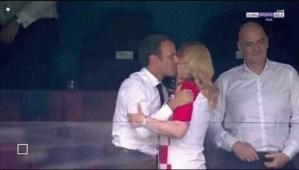 ¡A Macron le gustan mayores de esas que llaman señoras! Mira como le cayó a besos a la presidente de Croacia (FOTO)