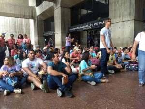 Al menos 150 jóvenes de ProCiudadanos en huelga de hambre en contra de las medidas económicas de Maduro (Video + Fotos)