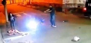¡SORPRESA!… le fueron a robar la moto a un policía y terminaron tiroteados (VIDEO)