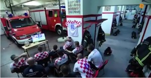 La reacción de unos bomberos de Croacia al sonar la alarma en pleno juego ante Rusia (VIDEO)