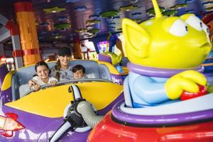 Gaby Espino se divirtió de lo lindo con sus hijos en Toy Story Land de Disney (Fotos)