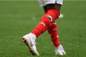 Por qué las medias de este jugador inglés están llenas de agujeros