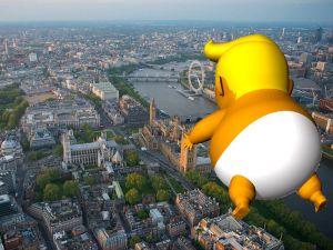 La Policía prohíbe el vuelo del  bebé Trump sobre su hotel en Escocia