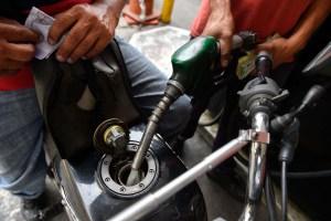 Venezolanos están pagando 1.000 BsF por tanque de gasolina #20Ago (tuits)