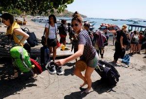 Indonesia evacúa turistas tras sismo que dejó al menos 91 muertos