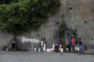 Vecinos de San José de Cotiza denuncian que tienen un mes sin agua
