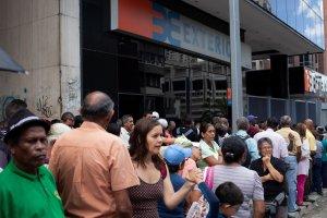 En imágenes: Venezolanos realizan compras y diligencias ante inminente reconversión #16Ago