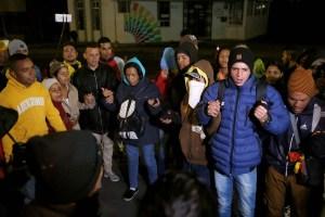 Venezolanos varados en el puente Rumichaca piden una ruta humanitaria para llegar a Perú
