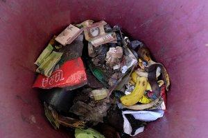 El billete de 100 bolívares que se negaba a morir, logra su eterno descanso… en la basura (Fotos)