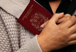 Guaidó firmó decreto que extiende vigencia de pasaportes venezolanos vencidos por cinco años
