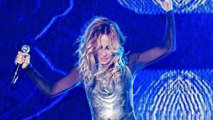 A Marta Sánchez se le reventó el vestido en pleno show y el resultado fue…. ¡boobies al aire!