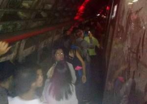Usuarios del Metro de Caracas caminan en los túneles de la línea 3 tras arrollamiento #18Ago (fotos)