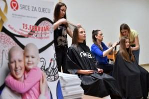 Pelucas a la medida y gratuitas para los niños con cáncer en Bosnia (Fotos)