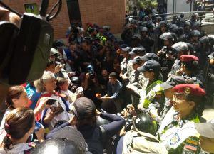 Fuerzas represivas impidieron marcha de trabajadores de la salud hasta el palacio de Miraflores #16Ago