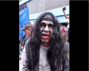 ¡Como zombies! Así llegaron los zulianos a la Fiscalía para protestar por falta de luz (video)