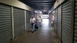 """Locales comerciales amanecen cerrados tras el """"Madurazo"""" #18Ago (Fotos)"""
