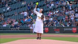 Viral: La monja Mary Jo lanzó la primera bola en el juego de las Medias Blancas de Chicago (videos)