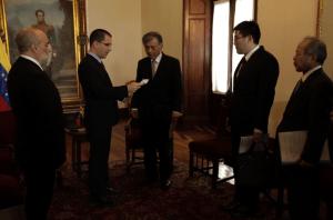 Arreaza entregó nota de protesta a canciller de Japón por declaraciones sobre Venezuela
