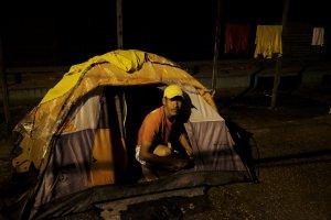 Brasileños expulsan a venezolanos de Pacaraima y queman sus campamentos (fotos y videos)