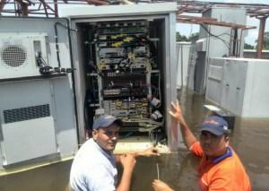 ¡Con el agua al cuello! Así trabajan los empleados de Cantv en Bolívar (foto)