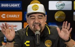 ¿Rascado o drogado? Maradona hizo nuevamente de las suyas en la rueda de prensa de su presentación (Video)