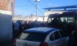 Varguenses trancaron puente de Naiguatá en protesta por falta de autobuses