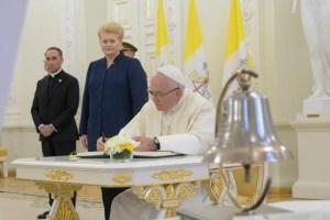 Papa Francisco inicia en Lituania gira por países bálticos