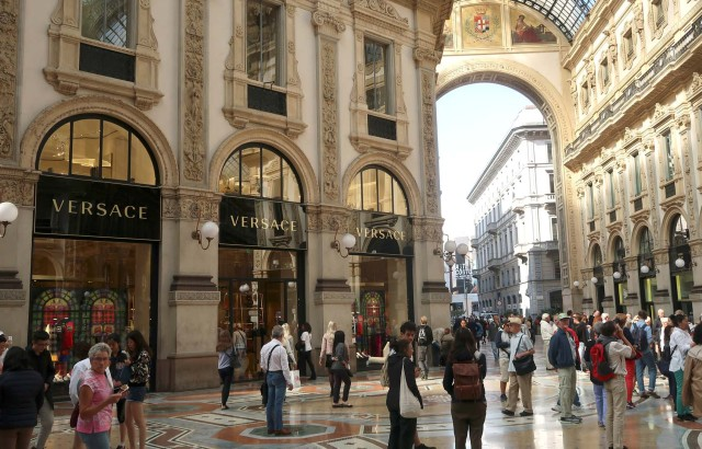 065cea25279e6 La gente pasea frente a la tienda insignia de Versace en la Galleria  Vittorio Emanuele II en Milán