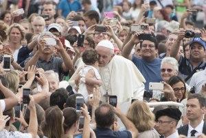 Papa Francisco pide que nunca se insulte a los padres