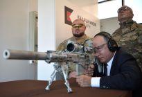 Vladimir Putin prueba un nuevo rifle Kalashnikov... ¿Le dará al blanco? (Video)