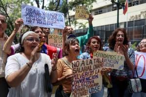 """Empleados públicos venezolanos protestan por despidos """"injustificados"""""""