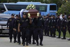 Sepultan con honores a agente policial asesinada por un compañero en El Salvador (Fotos)