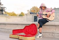 ¡Tan romántico! Justin Bieber le dedicó una serenata a Hailey Baldwin en las calles de Londres (Video)