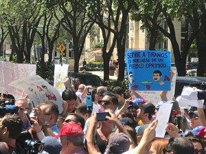 Venezolanos protestan en Miami contra Salt Bae, luego del banquete de Maduro (fotos y videos)
