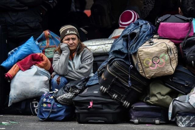 Una venezolana aguarda frente a una oficina de migración de Colombia el 20 de agosto de 2018. Foto Luis Robayo/Agence France-Presse