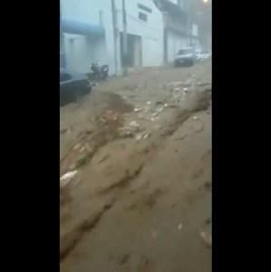 Fuertes corrientes de agua con desechos sólidos causa terror en Vargas este #25Sep (Video)