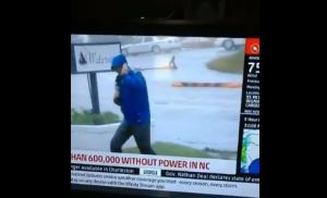 """Viral: Ridiculizan a presentador estadounidense que """"lucha con el viento"""" mientras cubre el huracán Florence (Video)"""