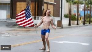Quién es el extraño hombre que desafía semidesnudo a los huracanes en Estados Unidos (Video)