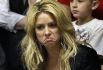 Shakira causa polémica por pasear con sus niños ¡sin sostén!